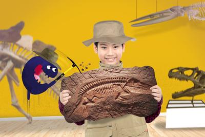 Kind als Paleontholoog in een museum met Tikkit de Museumkidsmascotte