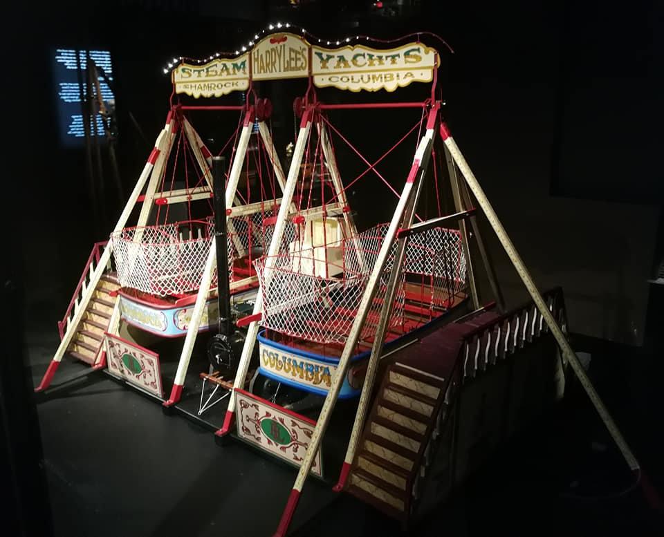 Pronkstuk van de expositie Nederland onder Stoom is het model van de stoomschommel die bekend staat als Harry Lee 'Steam Yachts' Shamrock Columbia, een kermisattractie die nog steeds bestaat. Het is de voorloper van het piratenschip dat wij tegenwoordig van attractieparken en kermissen kennen.